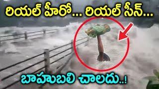 కేరళ వరదల నుండి పసి పాపని కాపాడిన రియల్ హీరో | Man saves child from Kerala Floods| kerala updates