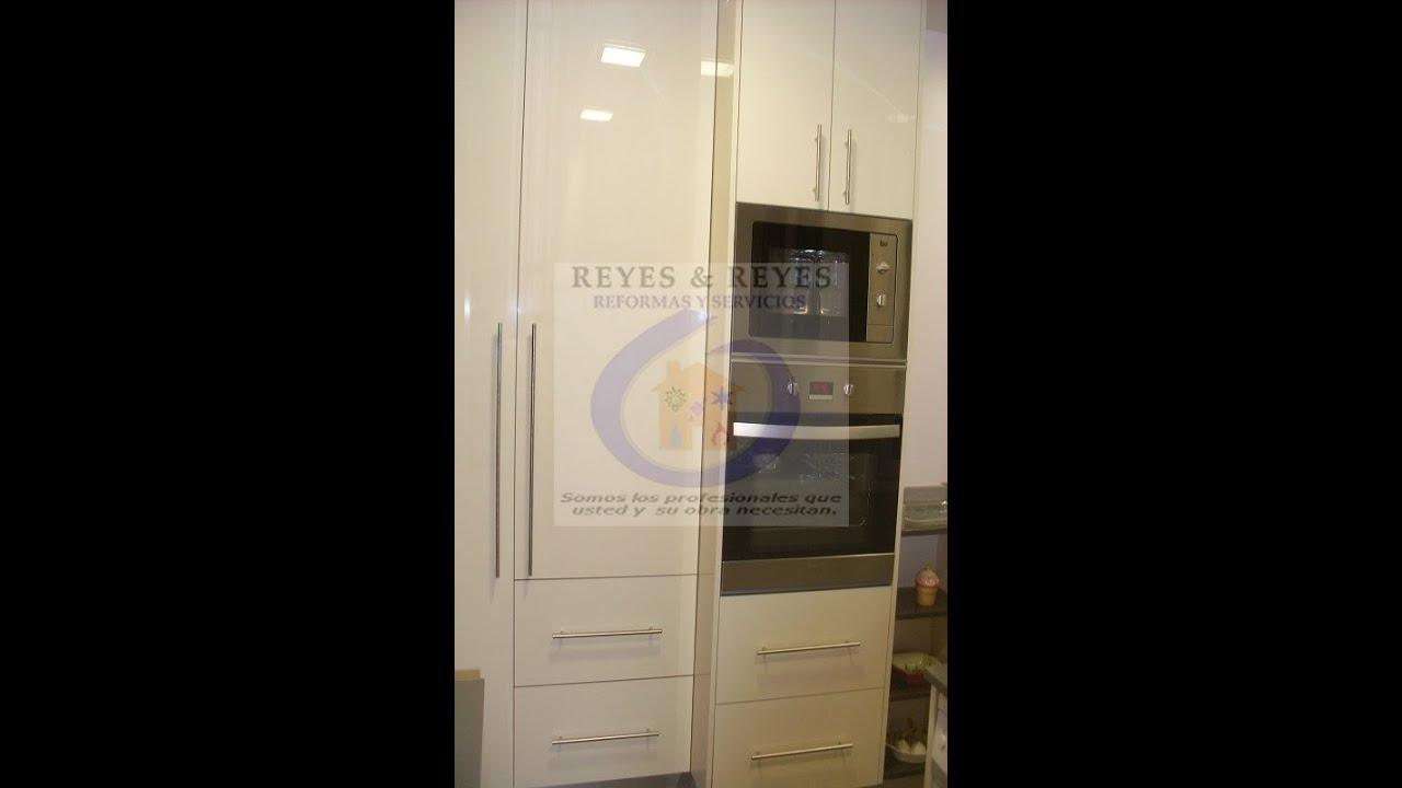 Cocina reformada con puerta corredera de cristal en bcn - Cocinas con puertas de cristal ...