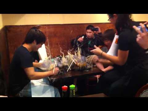 Cervezas - Terremoto en mesa repleta de cervezas