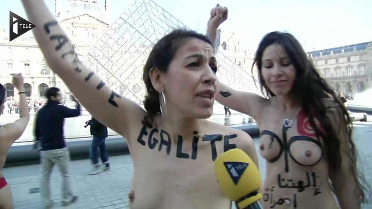Pyramide de femmes nues