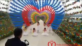 Các bé múa tặng mẹ tại con đường chong chóng - Happy Road
