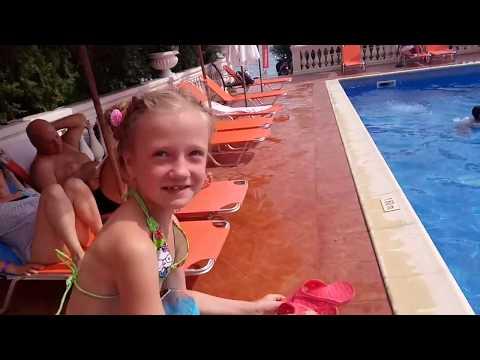 Другие развлечения для детей в Болгарии . Море Болгарии Басейны Спасли бабочку Не поделили надувашки