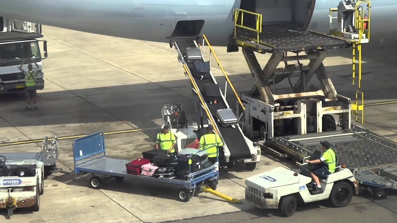 Sydney Airport Baggage Handlers Doing Their Worst Youtube