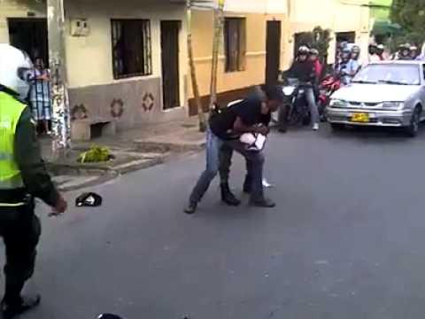 Pelea entre motorizados vs Policías (Colombia)