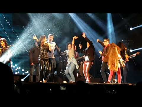 Paula Fernandes e a Turma da bagunça no palco