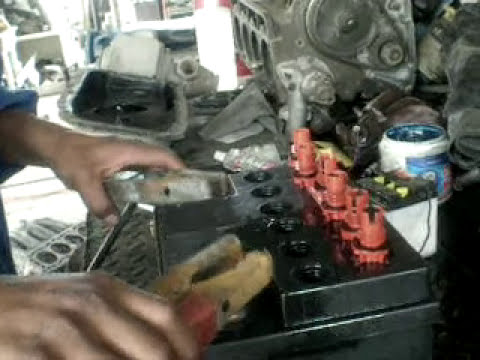 video de un mantenimiento de la bateria de un automovil
