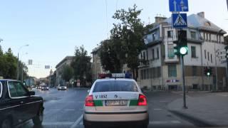 Kelių policija pažeidinėja kelių eismo taisykles.