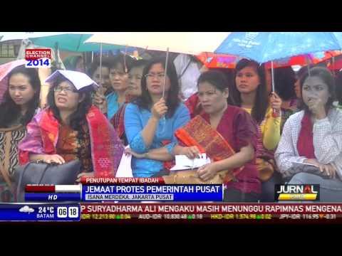 Puluhan Jemaat Beribadah di Depan Istana Merdeka Akibat Penutupan