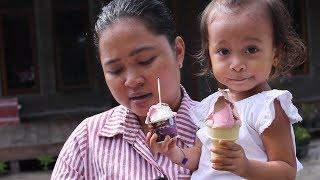 Balita Lucu Menunggu Paman Penjual Es Krim - Baby Eat Ice Cream