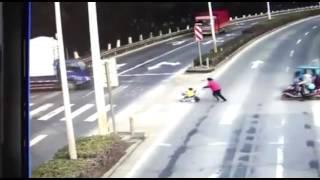Em bé bị ôtô cuốn vào gầm khi bà đẩy xe nôi qua đường.