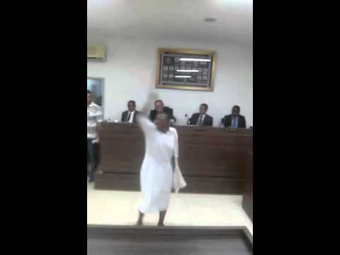 Mulher surta na Câmara de Vereadores de Santo Antônio de Jesus