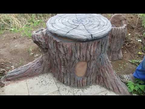 Alte Regentonne Im Garten , Als Baumstumpf Verkleiden