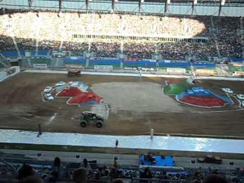 Monster Jam Wrocław 2011 - finał wyścigów Iron Man vs Grave Digger