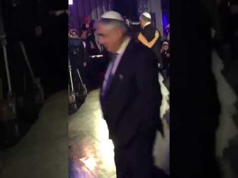 רגב הוד מרגש חתן וכלה ואת אביה בשיר ״אבא״(2017)