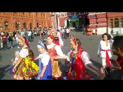 Crianças russas dançam 'Kalinka' (gênero folclórico da Rússia)