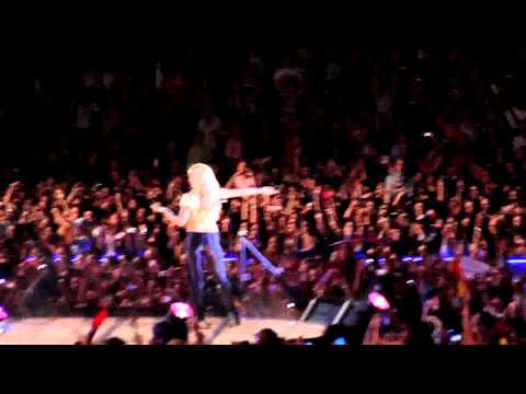Shakira y Gerard Piqué bailando (Concierto Shakira 29/05/2011)