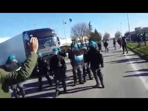 29/11/2016 - Sciopero Alcar Uno: manganellate e lacrimogeni sugli operai in lotta (2)