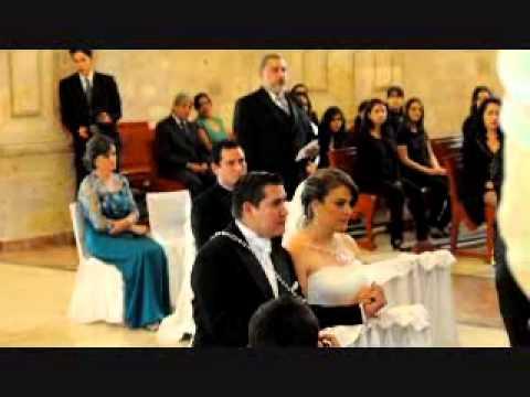 Papá sorprende a novia cantando en su boda Ave María