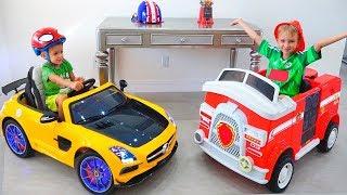 Vlad dan Nikita menunjukkan mainan mobil di rumah baru