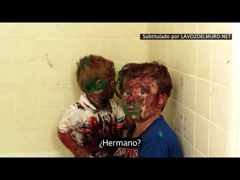 Niños con la cara pintada el padre los reta pero se tienta y comienza a riese
