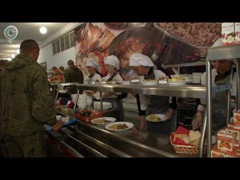 День кулинара отметили в армейских столовых. Из каких блюд состоит шведский стол защитников Родины?