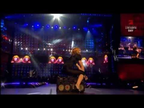 Madonna Canlı Yayinda 2 Milyar kişiyi çıldırtıyor!