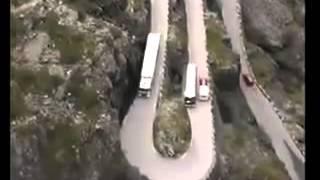 Hai xe tránh nhau trên đoạn đường đèo siêu khó- Lái xe thế mới gọi là siêu cao thủ