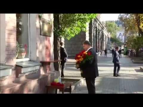 Ukrainian President Honours Killed Journalist: Poroshenko lays flowers at Georgiy Gongadze memorial