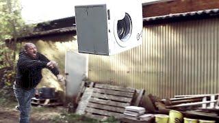 Strongman werfen Waschmaschine
