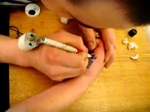 Как самодельной машинкой набить тату