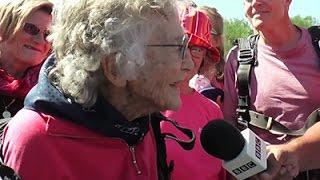 Uma Senhora De 100 Anos: Olhe Ela Realizando Um Desejo!