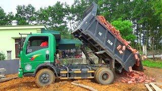 Bé xem xe ô tô tải ben chở và đổ gạch xây nhà   Nhạc thiếu nhi : Anh phi công ơi   Tientube TV