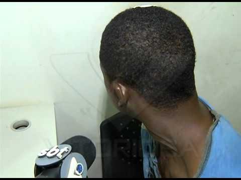 Jovem é preso e tenta tomar arma de policiais na viatura