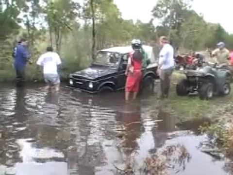 Sacando el Suzuki con  los Cuatri.
