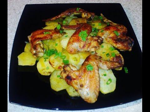 Куриные крылышки с картошкой в духовке. Картошка с курицей.