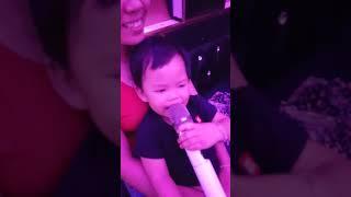 Bé đi hát karaoke
