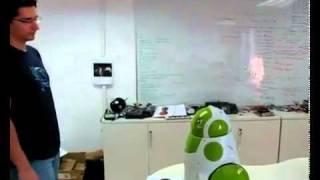 Sympatyczny robot widzi się po raz pierwszy.