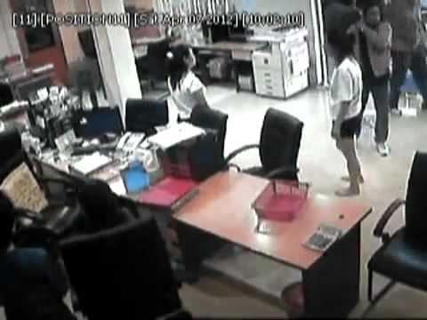 Kaki tipu kedai kereta cina kena raid oleh pelanggan & tiga line