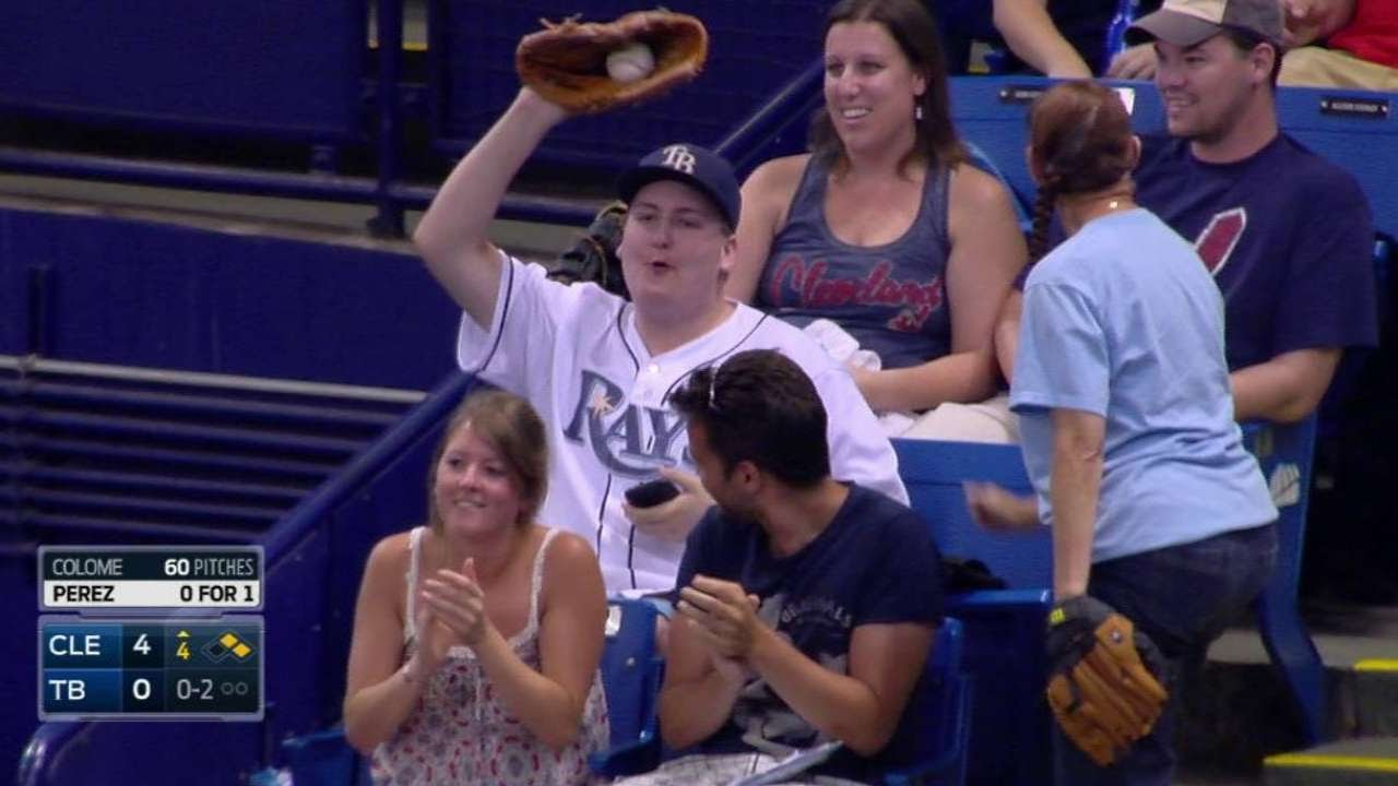 CLE@TB: Fan makes a nice grab on a foul ball