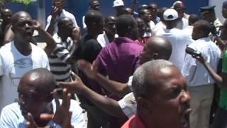 VIDEO: Tantativ Senatè Moise Jean Charles pou Visite Timothee Rony nan Prison Arcahaie tounen Manifestation ak Deblozay
