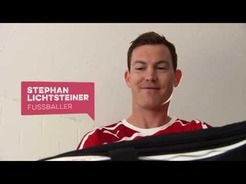 Stephan Lichtsteiner verteilt Furzkissen