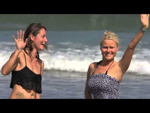 Девчонки на высоких каблуках зажигают на серфе по волнам