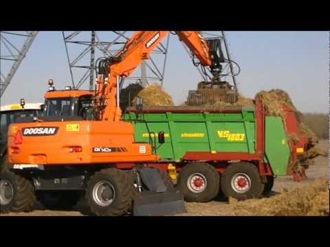 doosan DX140w & Steyr 6195cvt loading and spreading straw.