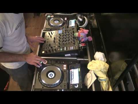 DJ LESSON ON HOW TO MIX MUSIC  IF YOU CAN'T BEAT MIX TO SAVE YOUR LIFE