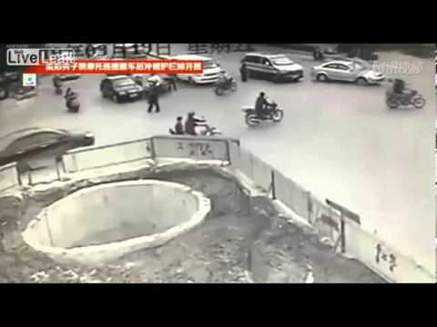 Обкуренный китаец на скутере врезается во все подряд