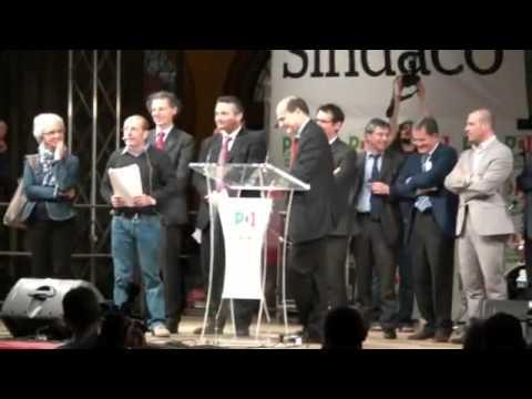 Dario Vergassola scherza con Bersani (Bologna 13 maggio piazza maggiore per Virginio Merola sindaco)