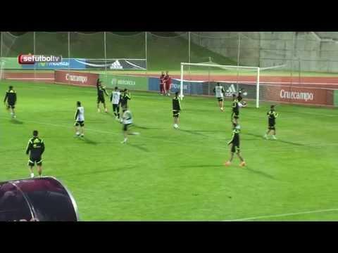 Golazo de tacón de Paco Alcácer en el entrenamiento de la Selección tras un caño de Juanfran