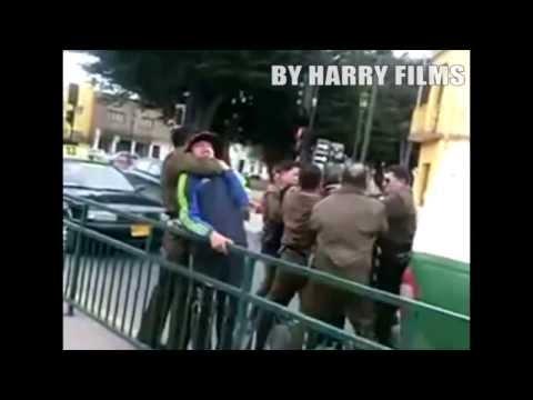 Vídeo muestra como carabineros detienen a hinchas de la Universidad de Chile al particular estilo de la WWE Video original: http://www.youtube.com/watch?v=NmBUFF2CU-I créditos a Alonso Harry ...