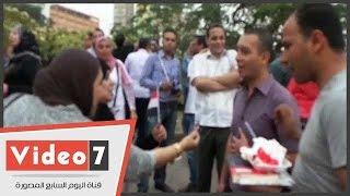 اليوم السابع| والدة أيتن عامر توزع الحلوى على أنصار مبارك احتفالا بعيد ميلاده الـ88