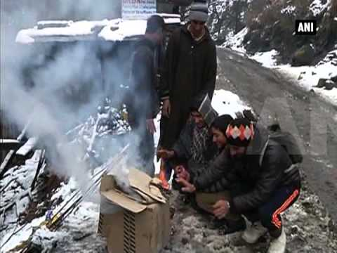 Kashmir Valley remains cut off due to heavy snowfall